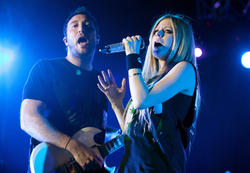 http://img16.imagevenue.com/loc337/th_430231168_52329_avril_lavigne_performing_live_in_moscow_7_121_122_337lo.jpg
