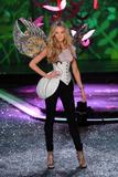th_93583_Candice_Swanepoel_Victorias_Secret_Fashion_Show_in_NY_Catwalk_November_19_2009_03_122_533lo.jpg